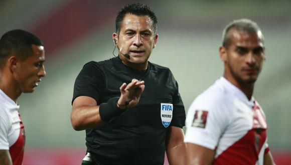 Julio Bascuñán fue el árbitro principal del Perú-Brasil de octubre pasado. (Foto: AFP)