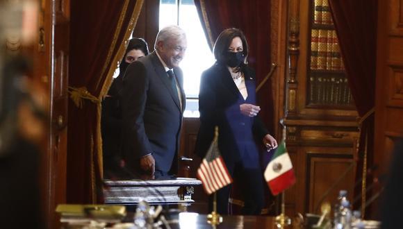 MEX4187, CIUDAD DE MÉXICO (MÉXICO), 08/06/2021.- El presidente de México, Andrés Manuel López Obrador (i), y la vicepresidenta de Estados Unidos, Kamala Harris (d), a su llegada a una mesa de trabajo con sus comitivas en Palacio Nacional de la Ciudad de México. López Obrador y la vicepresidenta Harris, atestiguaron este martes en el Palacio Nacional de México la firma de un memorándum de cooperación entre los Gobiernos de ambos países en materia de cooperación migratoria en Centroamérica. EFE/José Méndez