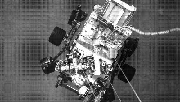 Una foto del rover Perseverance de la NASA a pocos metros sobre la superficie marciana, parte de un video que varias cámaras grabaron del aterrizaje el 18 de febrero de 2021. (Foto: NASA/JPL-Caltech)