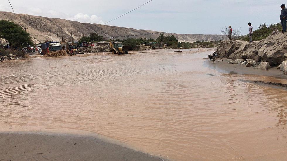 Centenares de vehículos detenidos por ingreso de río Pescadores