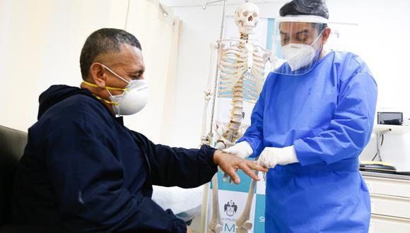 Paciente siendo atendido por un especialista de salud. | Foto: Cortesía.