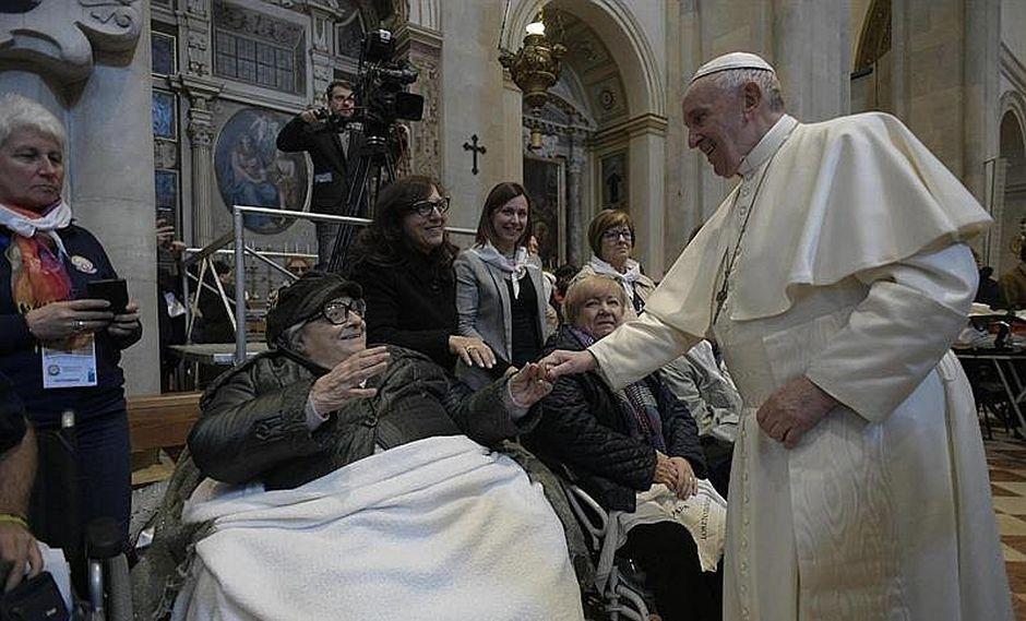 Papa Francisco causa asombro al retirar la mano para que fieles no besen su anillo (VIDEO)