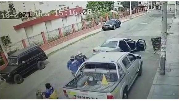 Delincuentes esperaron que la víctima descienda del vehículo, lo encañonaron y perpetraron el robo. (Foto: Captura)