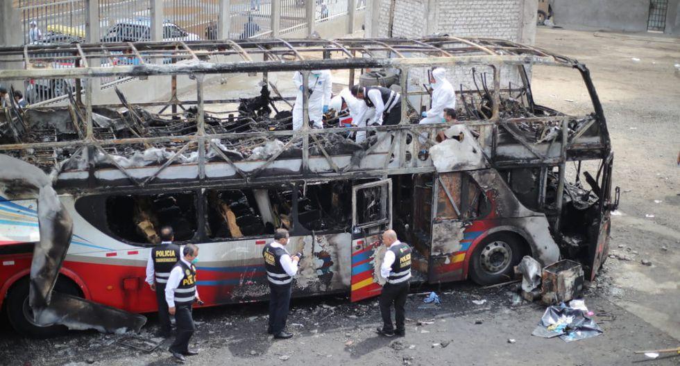 El bus que se alistaba para ir de Lima a Chiclayo (Lambayeque) se habría incendiado debido a un cortocircuito en los cables del motor eléctrico del sistema de aire acondicionado ubicado en el segundo nivel de la parte posterior del vehículo. (Foto: Giancarlo Ávila)