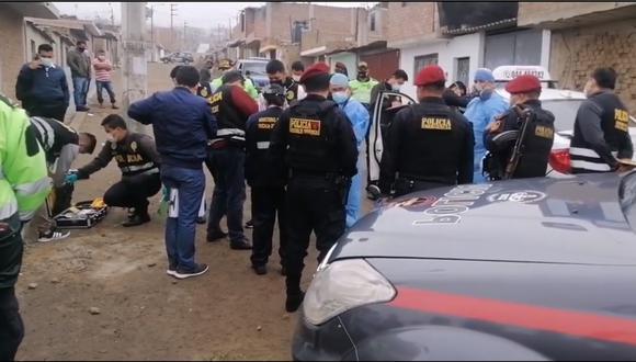 Delincuentes acribillaron al hombre del volante dentro de la unidad que manejaba por el distrito de La Esperanza. (Foto: captura Soltv)