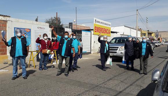 Enfermeros del hospital acatan huelga trabajando
