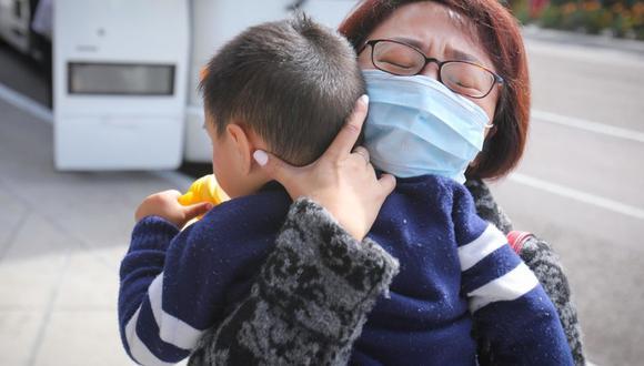 A raíz de esta nueva pandemia, todas las personas en el mundo buscan información sobre esta cepa (Foto: AFP)