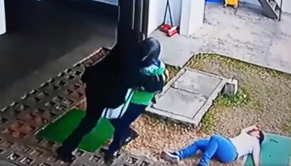 Valiente guardia de banco se enfrenta a 3 ladrones para evitar atraco y los mata (VIDEO)