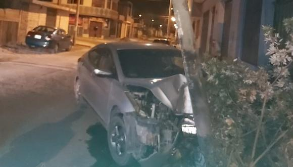 Vehículo conducido por policía ebrio se estrelló contra un poste de alumbrado público