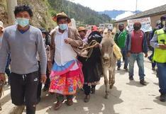 Huancavelica: pobladores vistieron con pollera a alcalde distrital por incumplimiento de obras