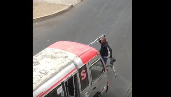 Extranjero discapacitado se ha vuelto el terror de los conductores en el cruce de las avenidas Canta Callao y Pacasmayo. (Captura de video)