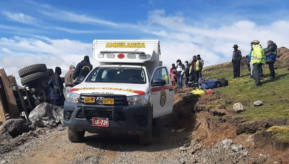 Bomberos de Huancavelica, Policías y pobladores hacen denodados esfuerzos para sacarlo de la cabina de unidad pesada