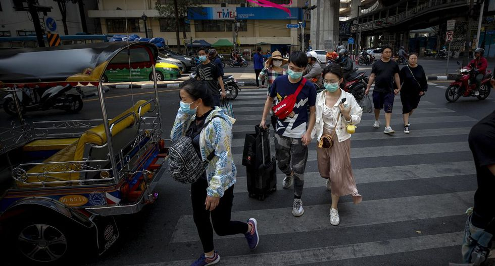 Las pérdidas afectan principalmente a los pequeños negocios y puestos callejeros que dependen de los visitantes. Imagen de unos turistas cruzando una calle principal en Bangkok, Tailandia. (EFE).