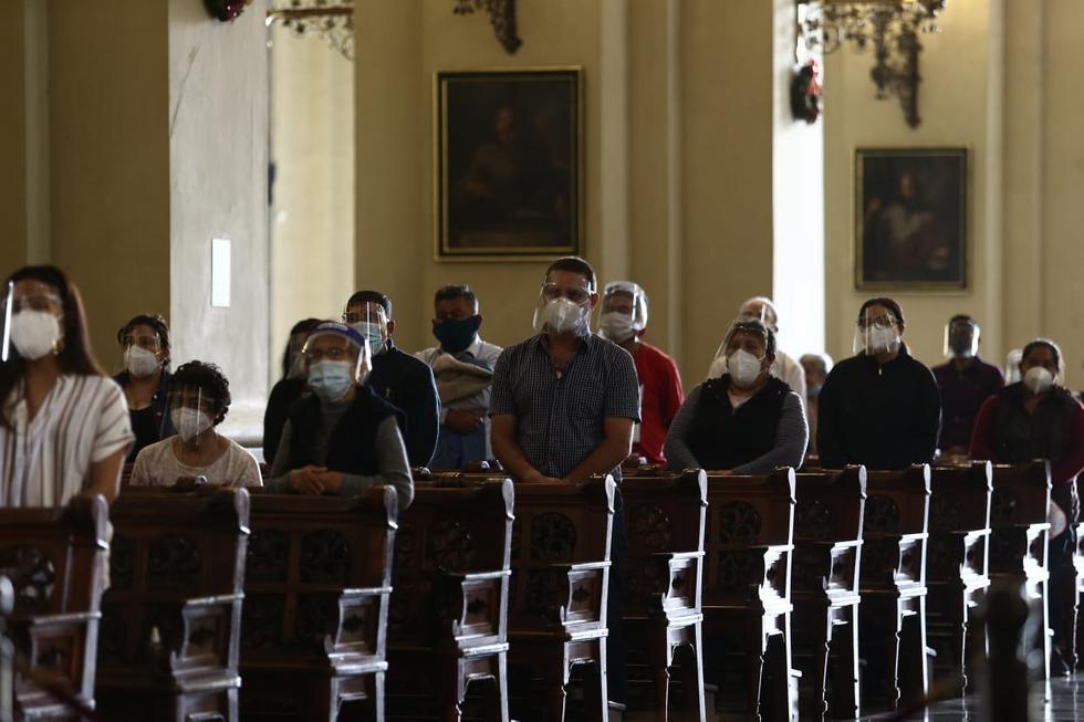 Con un aforo de 120 personas, el 30% de su capacidad, se llevó a cabo la primera misa presencial en la Catedral de Lima luego de haber estado cerrada por nueve meses debido a la pandemia del coronavirus. La ceremonia se desarrolló con normalidad, respetando protocolos de seguridad para prevenir contagios de la enfermedad. ( Fotos Jesus Saucedo / @photo.gec)