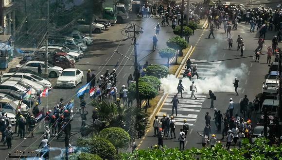 La policía reprime a un grupo de manifestantes que protestaba pacíficamente contra el golpe militar en Yangon. (Ye Aung THU / AFP)