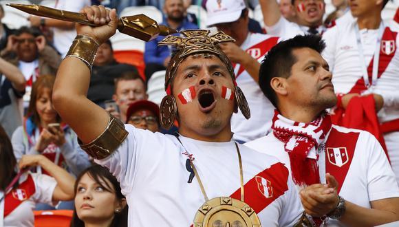 Hinchas peruanos en el Estadio Nacional de Lima. (Foto: AFP)
