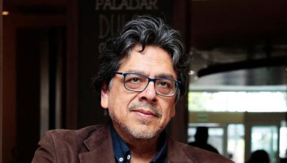 """El escritor peruano Fernando Iwasaki, radicado en Sevilla, habla de """"Brevetes de Historia Universal del Perú"""". (Foto: Diana Chávez Zárate )"""
