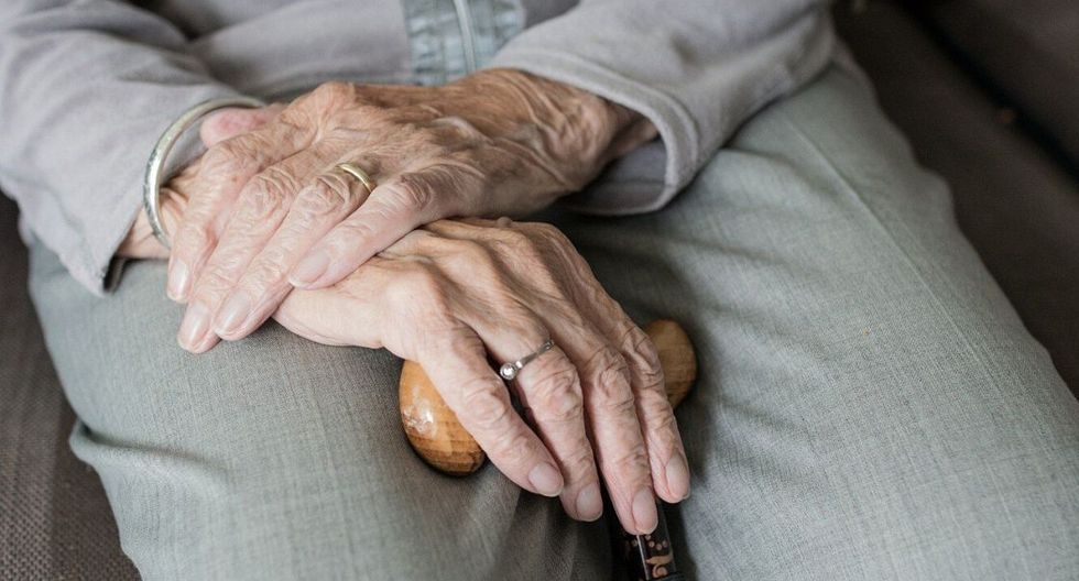 Con los adultos mayores debemos tener especial atención y cuidado. (Foto: Pixabay)