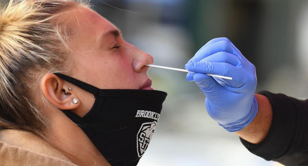 Un trabajador médico hace una prueba de coronavirus a una estudiante en el Brooklyn Health Medical Alliance, en la ciudad de Nueva York, Estados Unidos. (Foto de Angela Weiss / AFP).