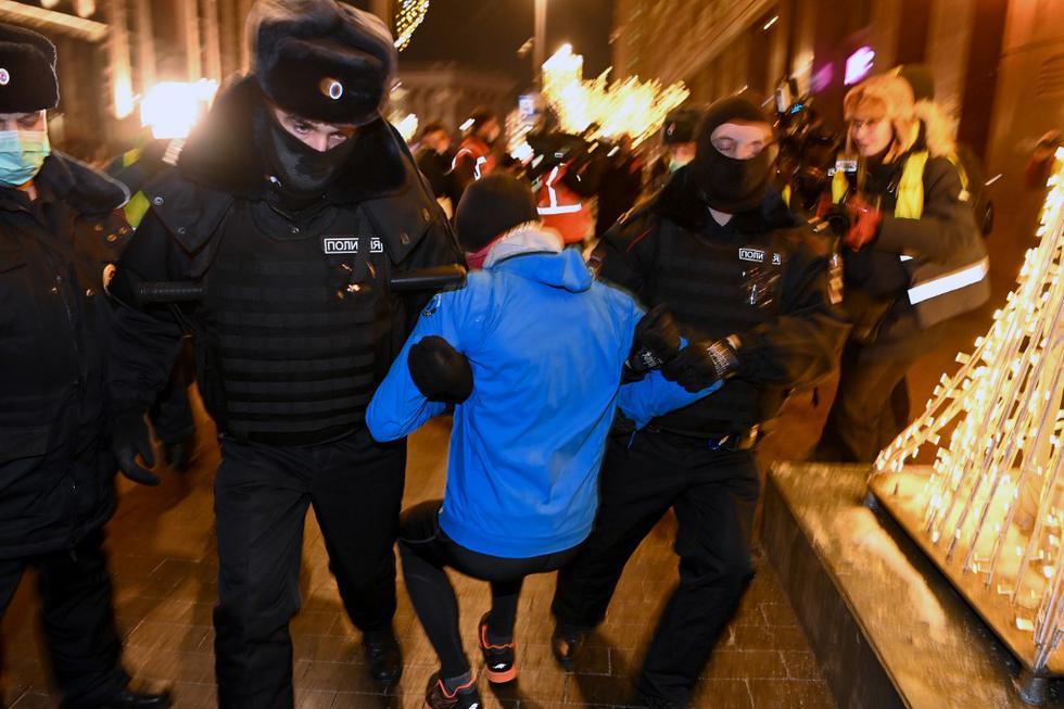 El Kremlin ha rechazado todas las críticas occidentales a la detención de Navalni y al desproporcionado uso de la fuerza por parte de la policía contra los manifestantes en las multitudinarias protestas del 23 y 31 de enero en apoyo del opositor, en las que fueron detenidas casi 10.000 personas. (Texto: EFE / Foto: Kirill KUDRYAVTSEV / AFP)