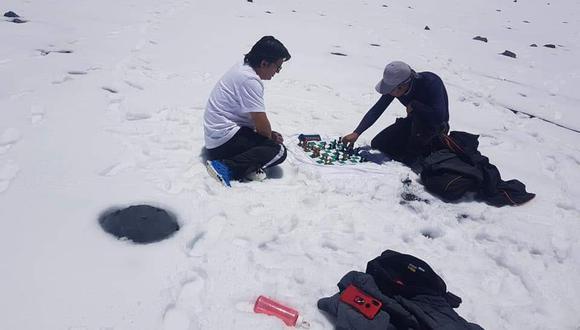 Partida de ajedrez del maestro FIDE Miguel Ángel Nina Campos en el volcán Ubinas
