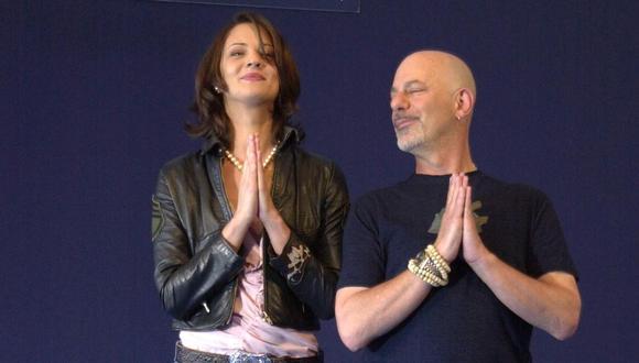 """Asia Argento junto al director Rob Cohen durante la American Film Festival de Deauville, durante la presentación de la película """"xXx"""" wn 2002. (Foto: MYCHELE DANIAU / AFP)"""