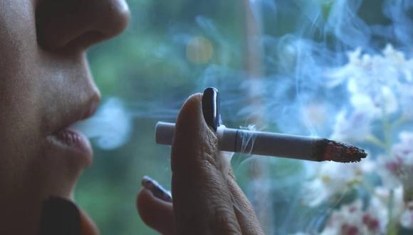 Imagen referencial de una persona fumando un cigarrillo.