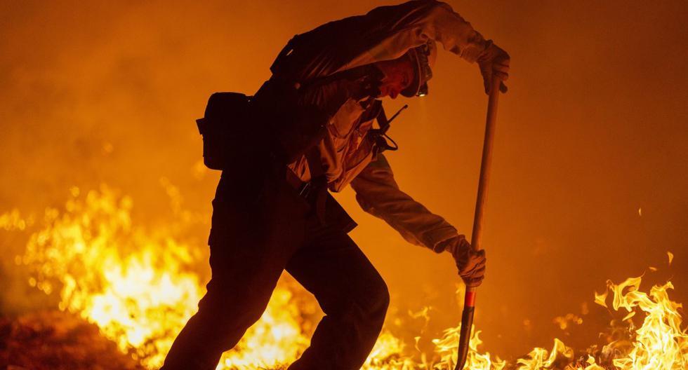 Los más de 20.000 bomberos que luchan contra las llamas tenían a su favor este fin de semana un clima más fresco y húmedo. Imagen de un incendio en California. (David McNew/Getty Images/AFP).