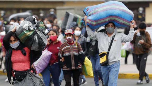 El Ministerio de Salud informó que el total de contagios se elevó a 865549 este sábado 17 de octubre. (EFE/Paolo Aguilar).