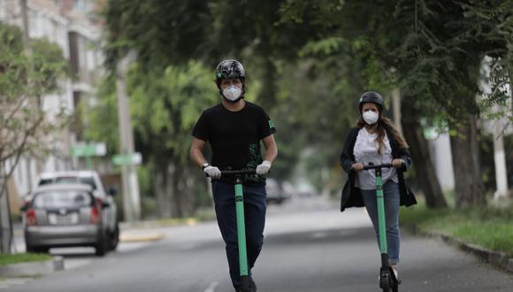 Norma establece las obligaciones y sanciones para los usuarios de scooters o monociclos, entre otros, que estarán prohibidos de circular por las veredas y solo podrán ir por la calzada. (Foto: Anthony Niño de Guzmán / GEC)