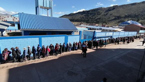 Ciudadanos de Huancané hacen colas para emitir su voto. (Foto: Difusión)