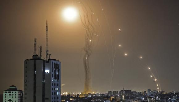 Un cohete lanzado desde la ciudad de Gaza controlada por el movimiento palestino Hamas, es interceptado por el sistema de defensa aérea Cúpula de Hierro de Israel, el 11 de mayo de 2021. (Foto: MAHMUD HAMS / AFP)