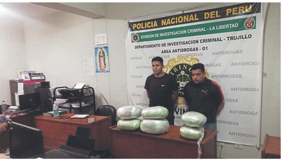 Agentes Antidrogas arrestaron a dos hombres que llevaban marihuana en maletines deportivos.