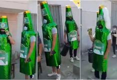 Amigos se disfrazaron de botellas de cerveza para acudir a vacunarse (VIDEO)