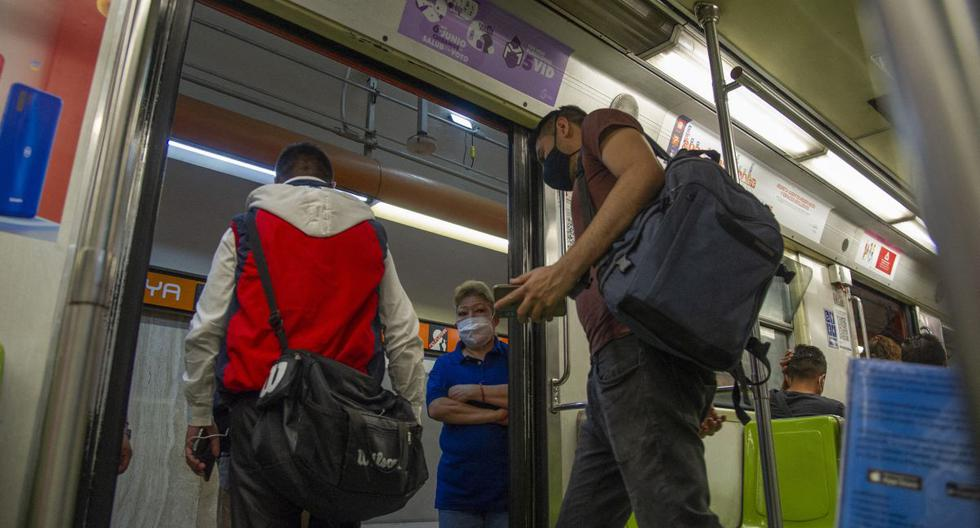 La gente deja un vagón de metro en la Ciudad de México el 4 de mayo de 2021. (CLAUDIO CRUZ / AFP).