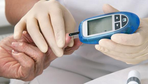 Una persona midiéndose la glucosa con una máquina especial usada por diabéticos. | Foto: EsSalud