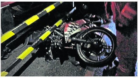 Motociclista muere al chocar su unidad con camión en Carretera Central