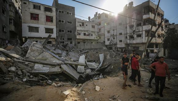 Los palestinos inspeccionan los escombros de la casa de su familia destruida después de un ataque israelí en la ciudad de Gaza, el 13 de mayo de 2021.  (Foto: EFE/EPA/MOHAMMED SABER)