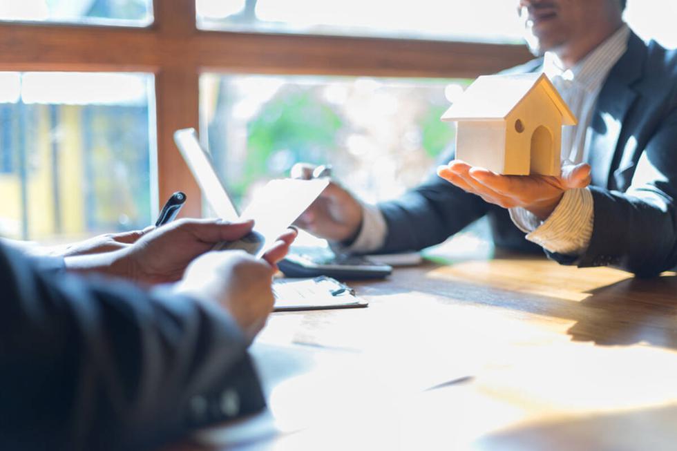 Para este 2021 se espera continuar con la recuperación del sector; aquí jugarán un papel clave los compradores, principalmente quienes están en la capacidad de invertir sus ahorros o estirar el bolsillo para pagar la cuota inicial de una vivienda. Por ello, Properati comparte cuatro datos a considerar para adquirir una vivienda a través de un crédito hipotecario.