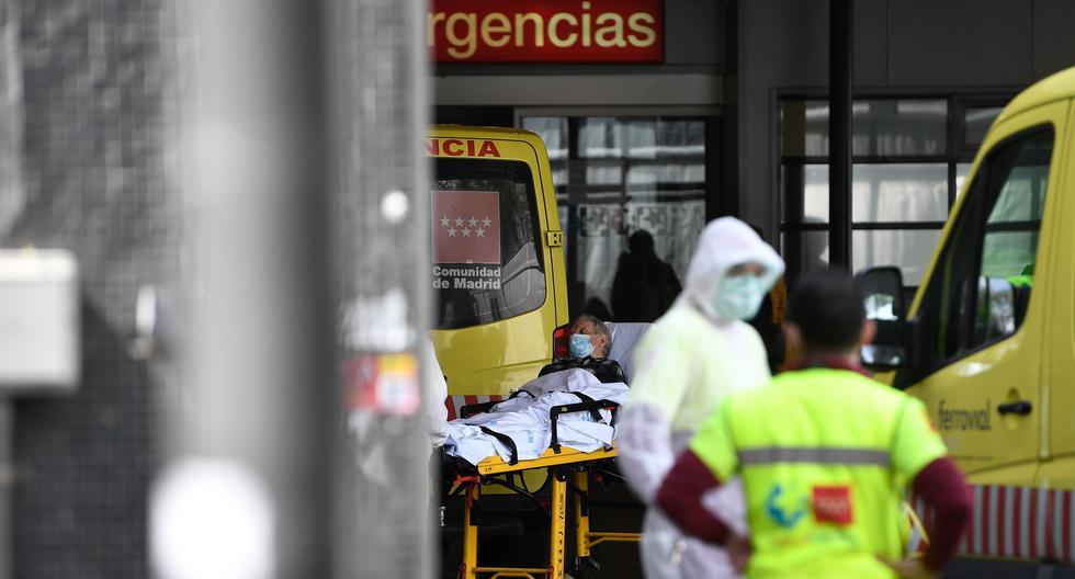 La región de Madrid continúa siendo la más castigada por la pandemia, con un 31% de las infecciones (12.352 casos) y el 57% de los fallecimientos (1.535). Un hombre con una mascarilla es llevado al hospital de La Paz en la capital de España. (AFP).