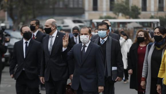 """Walter Martos camina hacia al Congreso para pedir el voto de confianza: """"Vamos con esperanza de que podemos unirnos por encima de las diferencias"""". Foto: Anthony Niño de Guzmán."""