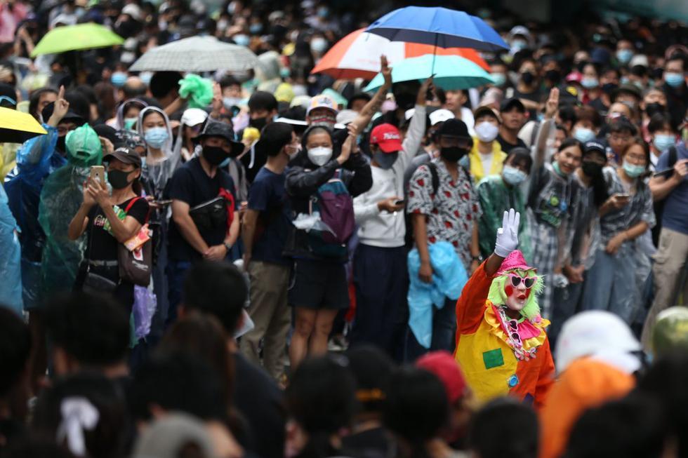 Un manifestante prodemocracia vestido con ropa de payaso hace un saludo de tres dedos en Bangkok, Tailandia. (EFE/EPA/NARONG SANGNAK).