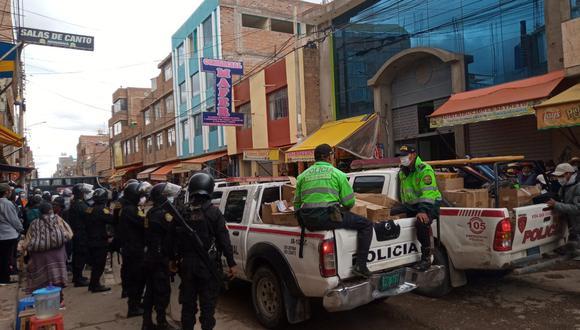 Los policías incautaron mercadería prohibida en Juliaca.