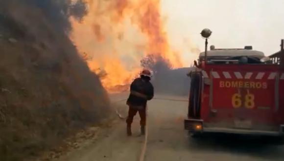 En su intento de sofocar las llamas, los hombres de rojo perdieron parte de su equipo y herramientas. (Foto: Captura de video)