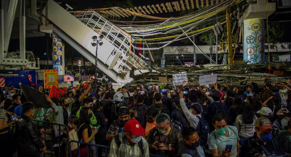 La gente se reúne para protestar en el lugar del accidente de tren donde una línea elevada del metro colapsó parcialmente en la Ciudad de México. (CLAUDIO CRUZ / AFP).