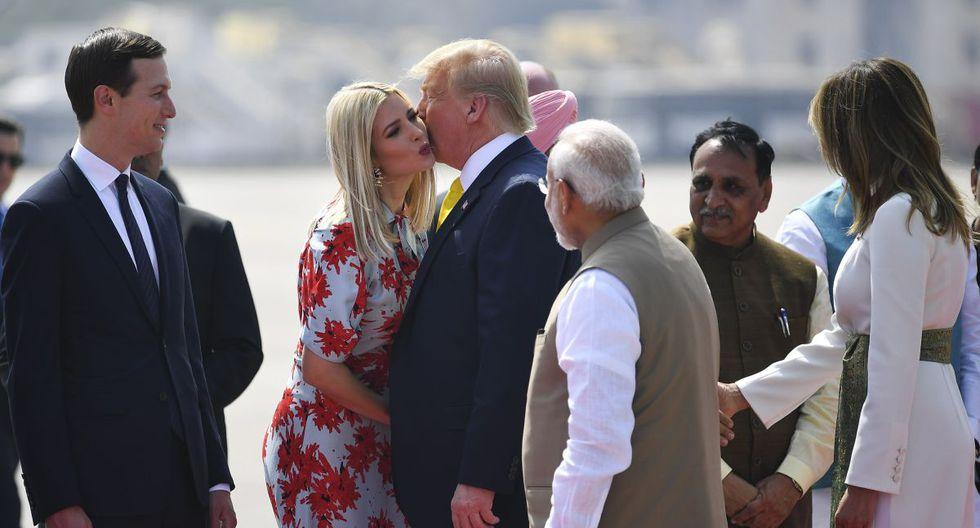El presidente de los Estados Unidos, Donald Trump, besa a la asesora principal de la Casa Blanca, Ivanka Trump, acompañado por el primer ministro de la India, Narendra Modi. (AFP)