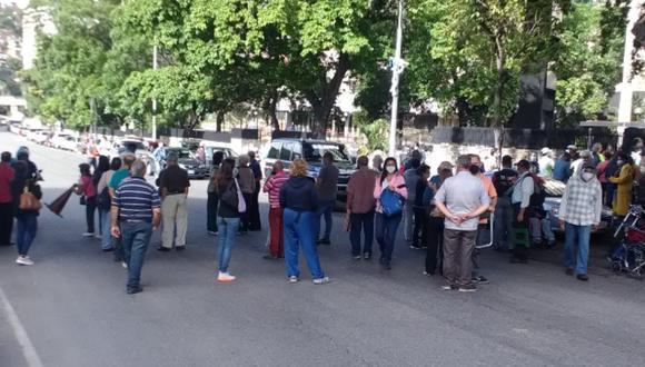 Personas llegaron a formar cola desde las 8 de la mañana; sin embargo, autoridades suspendieron la campaña de vacunación. (Foto: Twitter | Servicio de Información Pública)