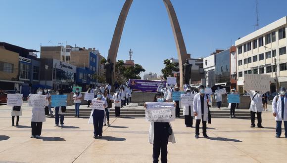 Un centenar de internos de medicina humana protestaron en el Centro Cívico pidiendo ser incluidos en padrones de vacunación contra la COVID-19