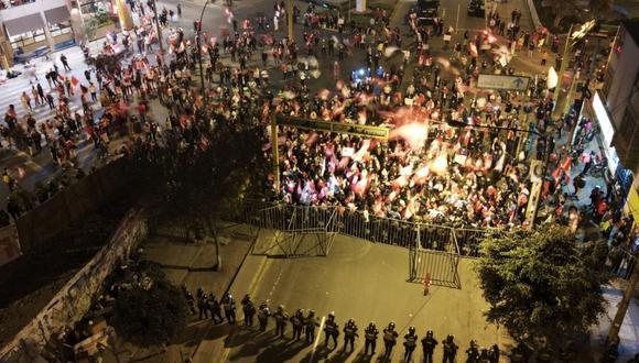 La Policía colocó rejas para impedir el paso de los manifestantes. (Foto: Jorge Cerdan/@photo.gec)