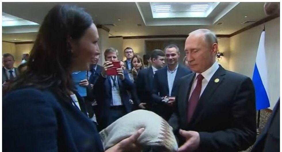 Vladimir Putin recibió chompa de empresaria peruana en APEC (VIDEO)